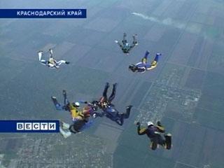 19 донских парашютистов соединились в небе над Краснодарским краем