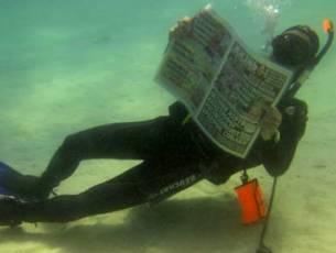 40-летний дайвер из Санкт-Петербурга Сергей Голубенков не расстается со своей любимой газетой «Жизнь» даже под водой